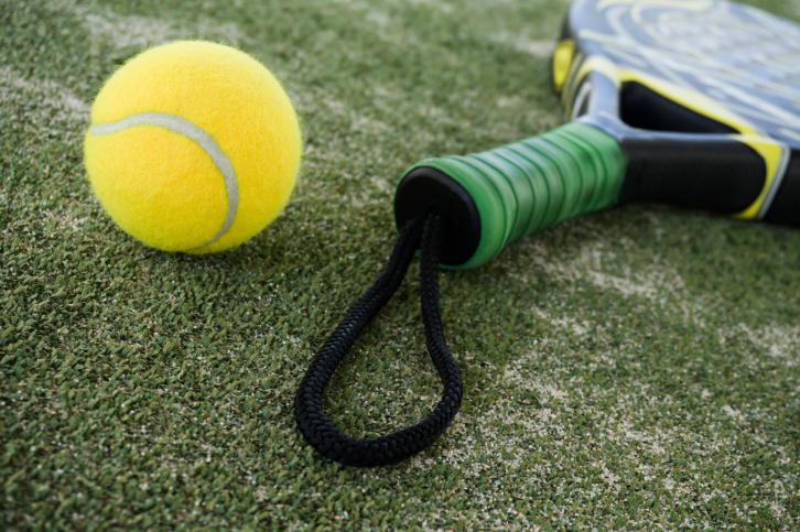 Voici une raquette et une balle de padel, ressemble beaucoup au tennis.